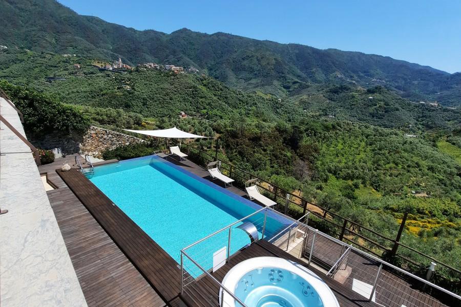 piscina-con-vista-sulle-colline